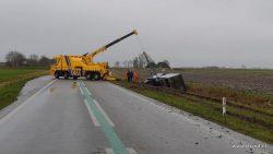 Vrachtwagen met aanhanger van de weg