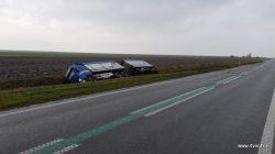 Vrachtwagen met aanhanger van de weg bij Anjum