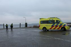 Auto raakt te water in Lauwersmeer