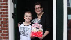 Akkelien en haar zoon trots met de prijs