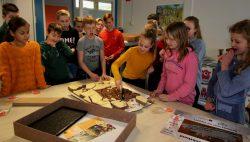 Bernhard en Julianaschool uit Kollum ontvangen chocola