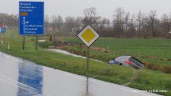 Auto te water langs het Oastein in Feanwâlden
